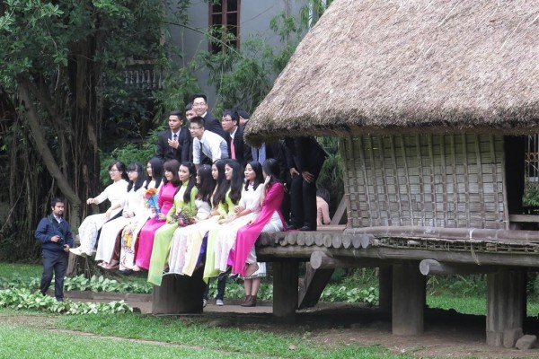 marriage photos, in the grounds of the Vietnam museum of ethnology