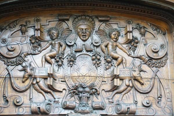 la découverte du nouveau monde : haut-relief en bois sur une porte de basilique